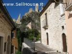 Casa in pietra sotto Castello